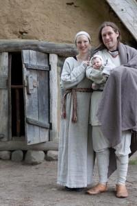 Familie vor Hütte